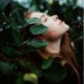 Девушка оплетена травой
