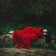 Девушка в красном спит