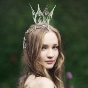 Девушка с короной на голове